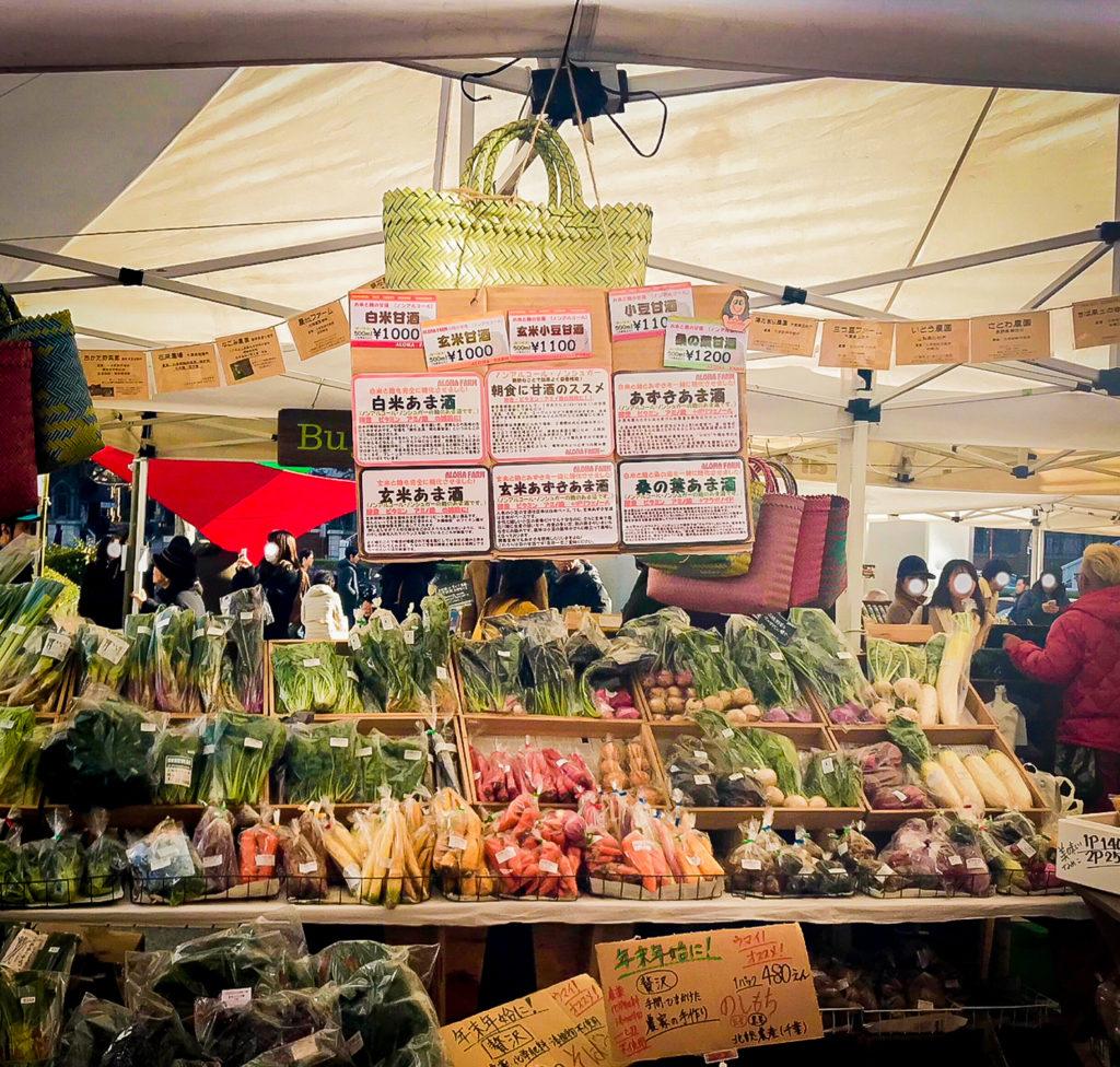 ファーマーズマーケットでは新鮮は野菜や加工食品に、たくさん出会うことができます。