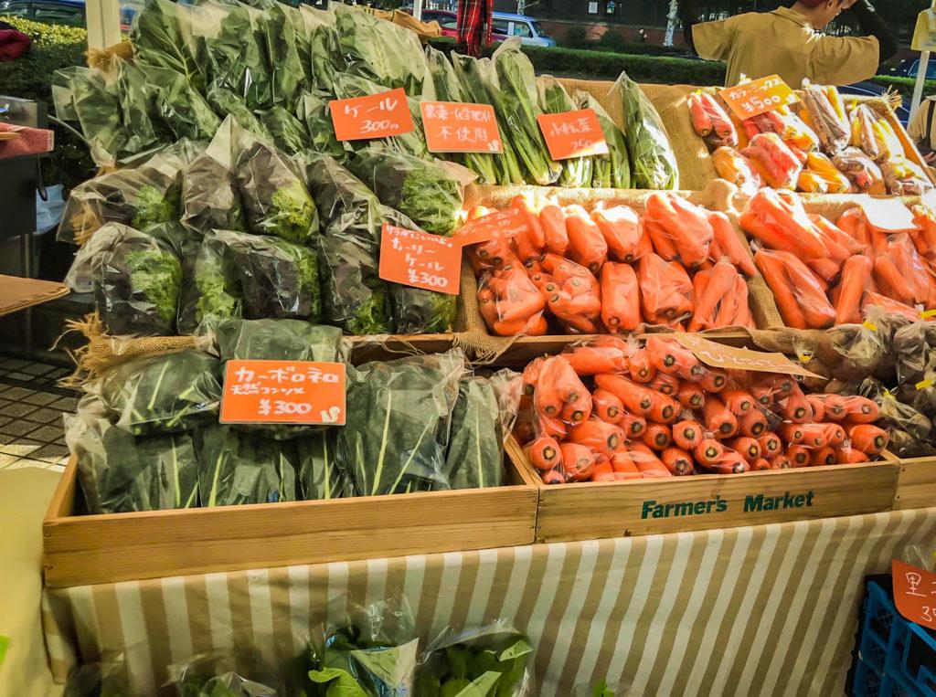 ファーマーズマーケットでは、さまざまな有機野菜を安く買うことができます。