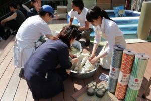 オガライフ、オガライターさん一緒に、井草の詰め放題に参加!これは防臭効果もあるサシェになるんです。