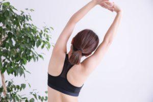 ピラティスの特徴はポーズやメディテーション(瞑想)など制止の形を取り入れ、心身の安定や解放を目指していくヨガと中心軸を強化しながら、身体の安定を目指していくことです。