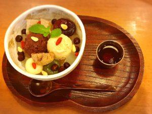 巣鴨にある甘露七福神では、あんみつも三年番茶もお持ち帰りができます。お土産にもおすすめです。