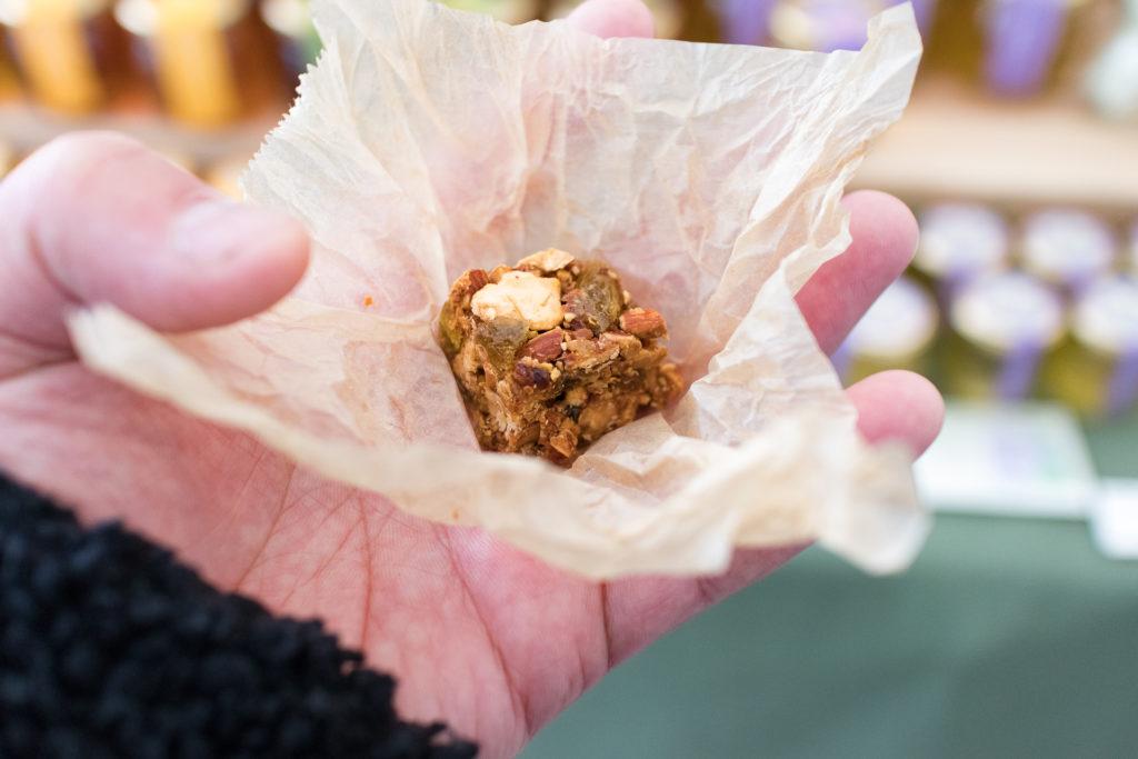 青山のファーマーズマーケットで見かけた食材の「ハチミツのお菓子」を試食