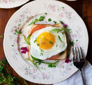 本当に体にいいの? ローフード・ダイエットのメリットとデメリットについてご紹介します。卵白には卵黄に豊富に含まれる髪の健康に不可欠なビオチンの吸収を阻害するアビジンという物質が含まれますが、加熱することで不活性化されるそうです。