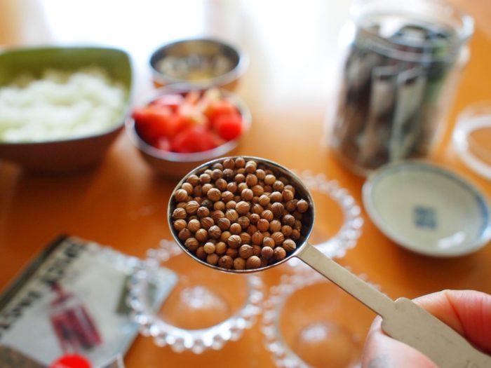 コリアンダーシードの葉っぱはパクチーとも呼ばれ、独特の香りに好き嫌いが分かれます。種子は柑橘系の爽やかな香りで、健胃、整腸作用のほか、デトックス作用、抗菌、鎮静作用があります。