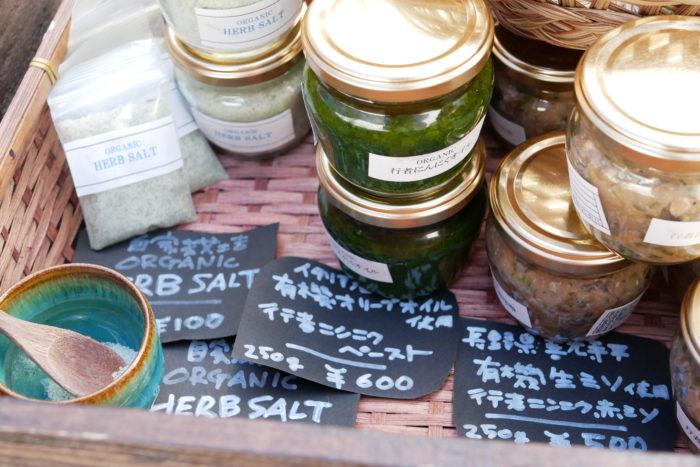野菜だけでなく、北海道ならではの食材である行者にんにくやハスカップを利用した加工品も売っていました。