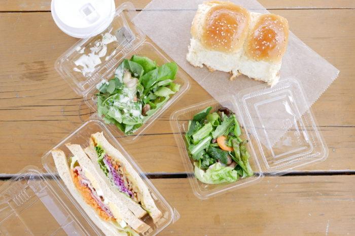 ビオまるしぇ、ますやパンで思い出のパンを購入してベンチでお昼ご飯。