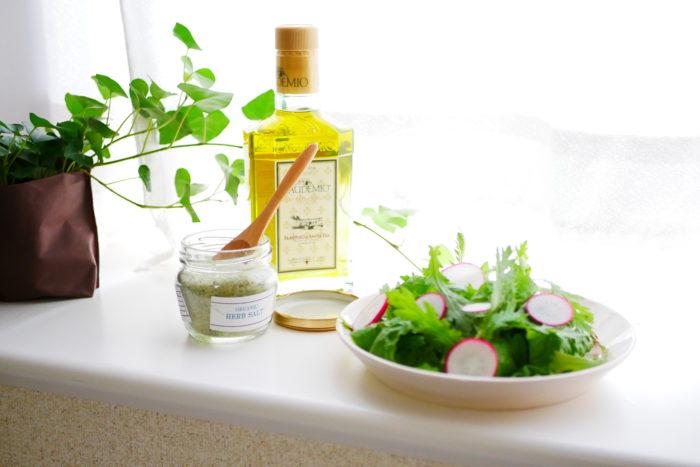 オーガニック野菜が揃ったので料理!たくさんの葉物野菜を贅沢に使い、薄切りにしたラディッシュを散らし、オリーブオイルとオーガニックハーブソルトでシンプルな味付けにしたサラダです。