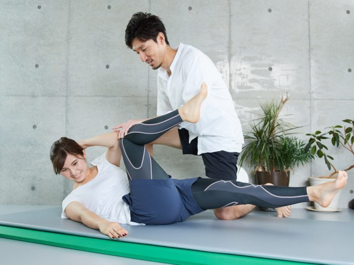 パーソナルトレーニングは、トレーナーとトレーニングを受ける人がマンツーマンでレッスンを受けられることが最大のメリットです。