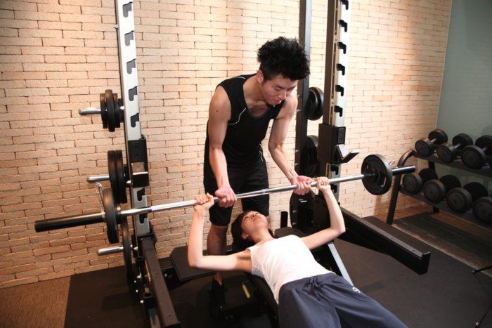 パーソナルトレーニングでは、トレーナーが個人に合わせたトレーニング方法を教えます。