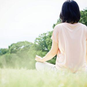 ヨガインストラクターが解説!ストレス解消・リラックスに!椅子でできるやさしい瞑想法とは